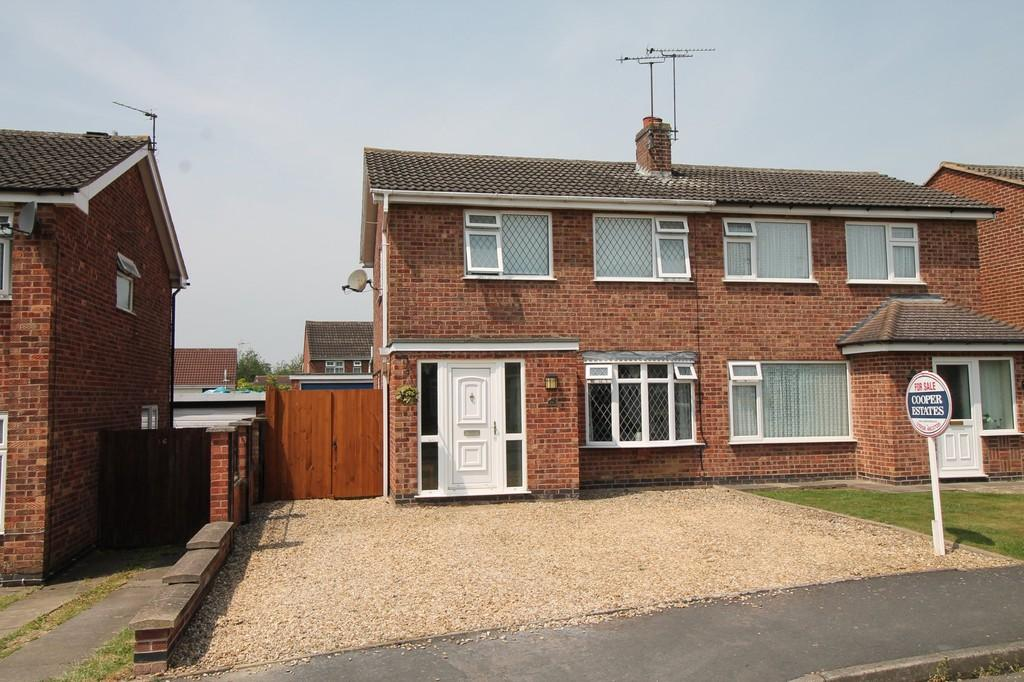 3 Bedrooms Semi Detached House for sale in Warwick Close, Market Harborough