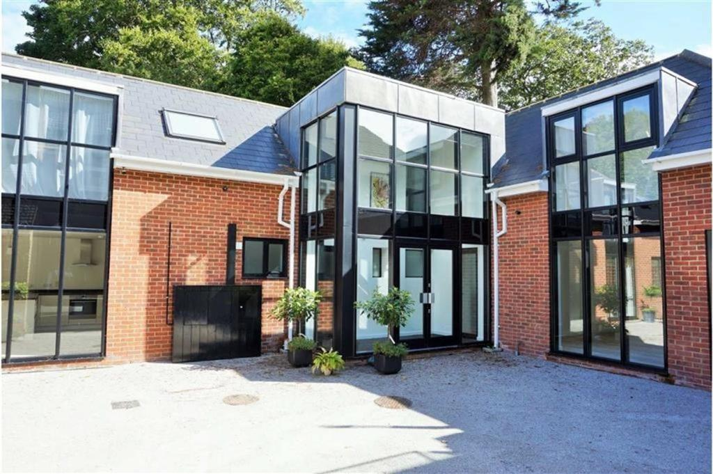 2 Bedrooms Semi Detached House for sale in Lewes Road, Bickley, Kent