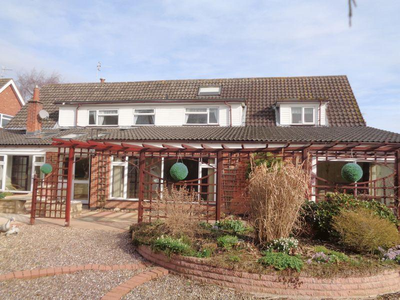6 Bedrooms Detached House for sale in Leys Road, Harvington