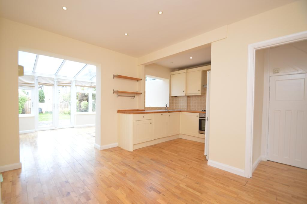 3 Bedrooms Semi Detached House for sale in Cottimore Avenue, WALTON ON THAMES KT12