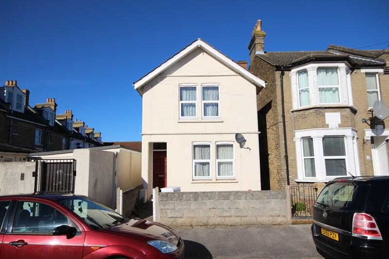 3 Bedrooms Detached House for sale in Harrow Road, CLACTON ON SEA