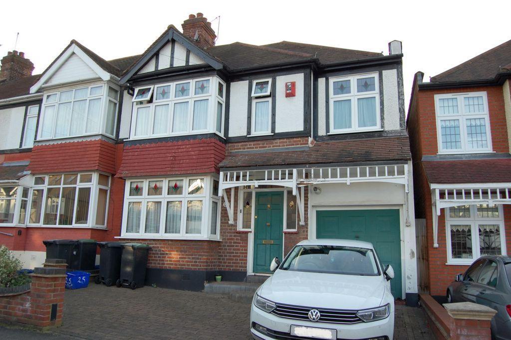 4 Bedrooms End Of Terrace House for sale in Chestnut Avenue, Buckhurst Hill, IG9