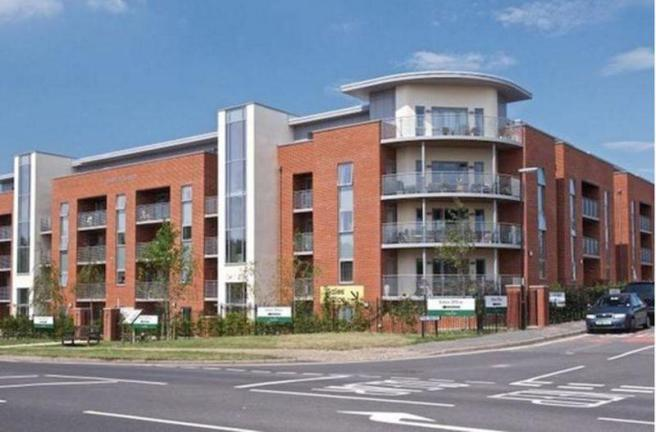 2 Bedrooms Penthouse Flat for sale in Corbett Court, The Brow, RH15