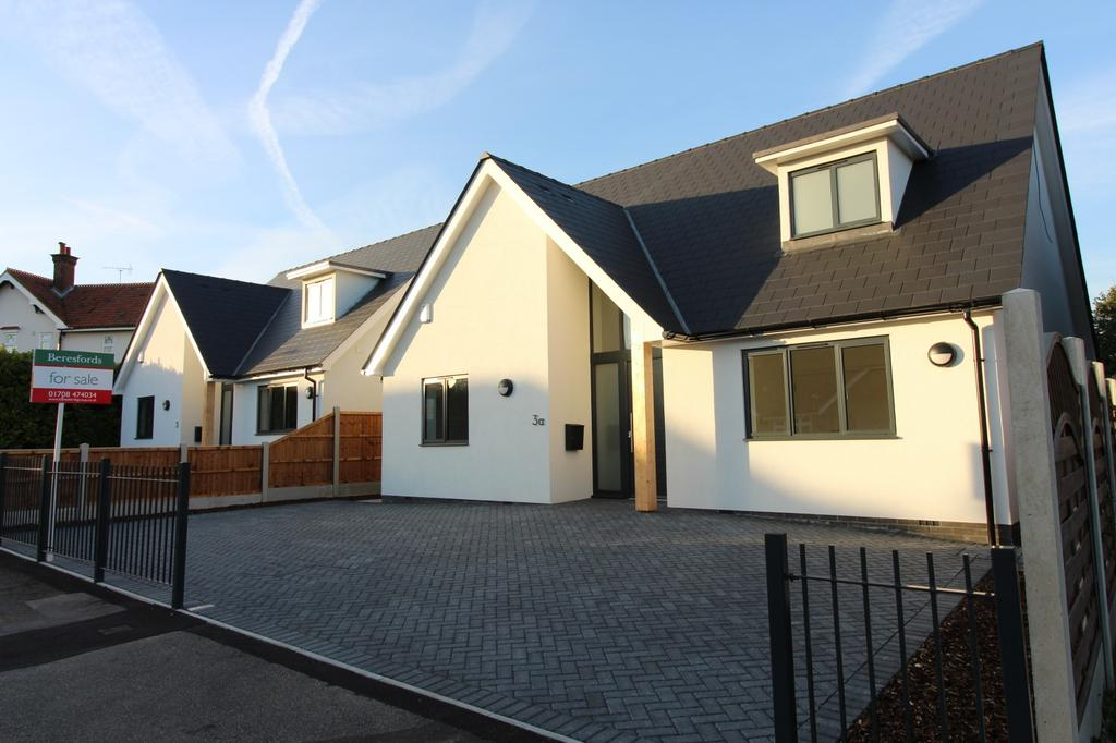 4 Bedrooms Chalet House for sale in Poole Road, Hornchurch, Essex, RM11
