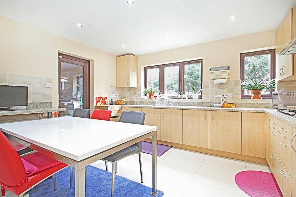 5 Bedrooms Detached House for sale in Sydenham Close, Marshalls Park