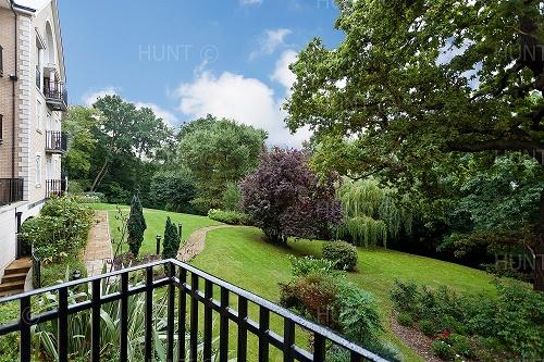 2 Bedrooms Ground Flat for rent in The Manor, Regents Drive, Repton Park, Woodford Green, Essex IG8