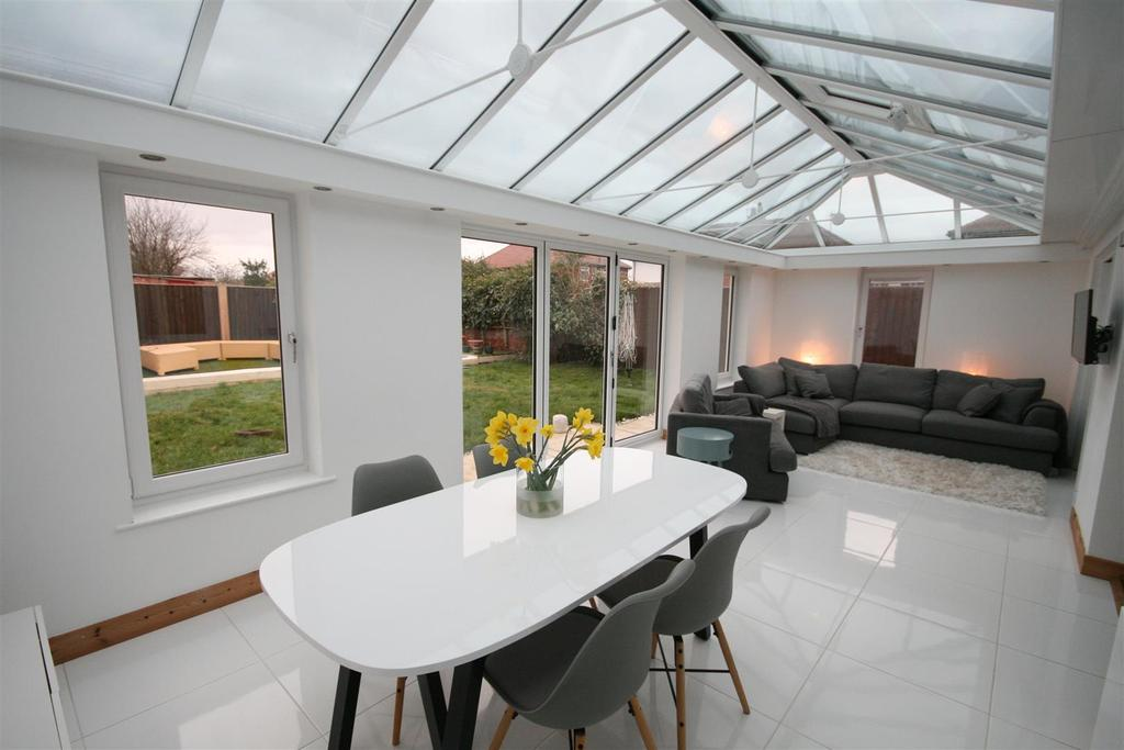 3 Bedrooms Detached Bungalow for sale in Edwinstowe Road, Lytham St. Annes