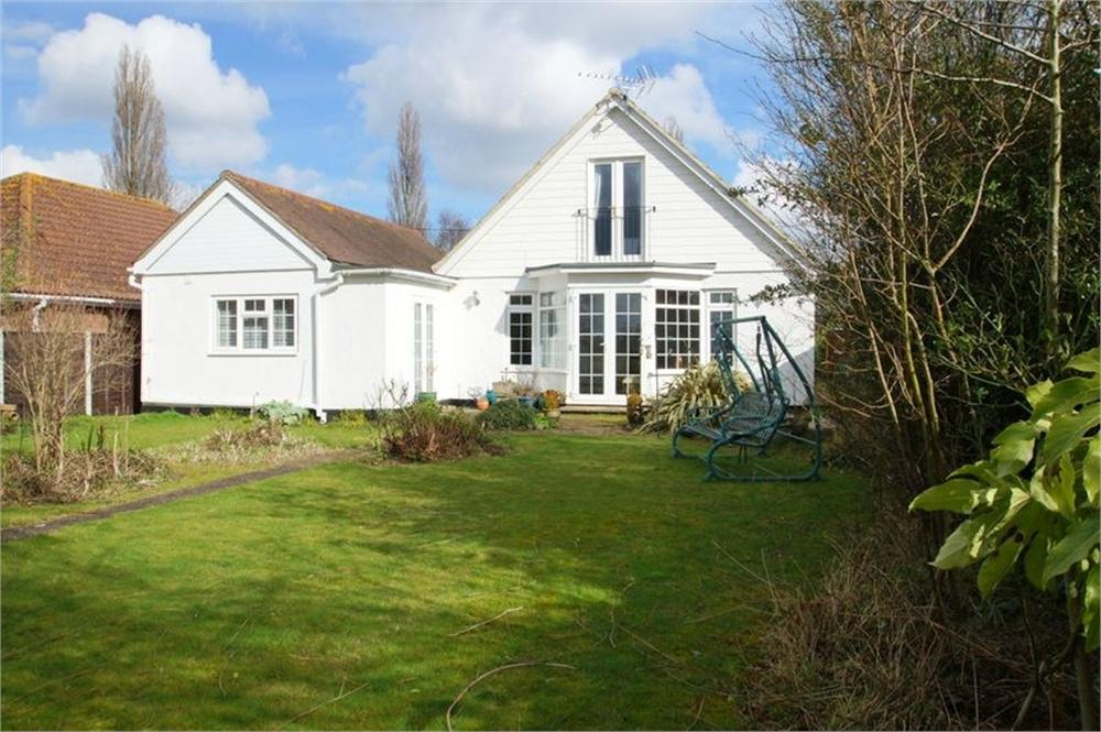 5 Bedrooms Detached House for sale in Clacton Road, Weeley, Essex