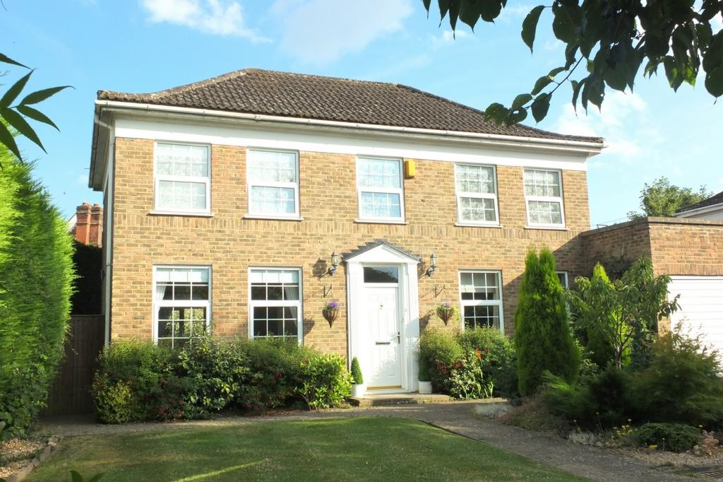 4 Bedrooms House for sale in Frankton Avenue, Haywards Heath, RH16