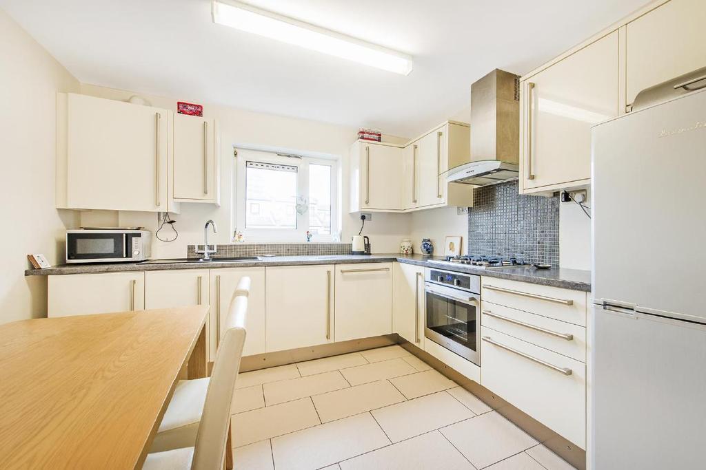 3 Bedrooms Flat for sale in Rosebank Gardens, Bow, E3