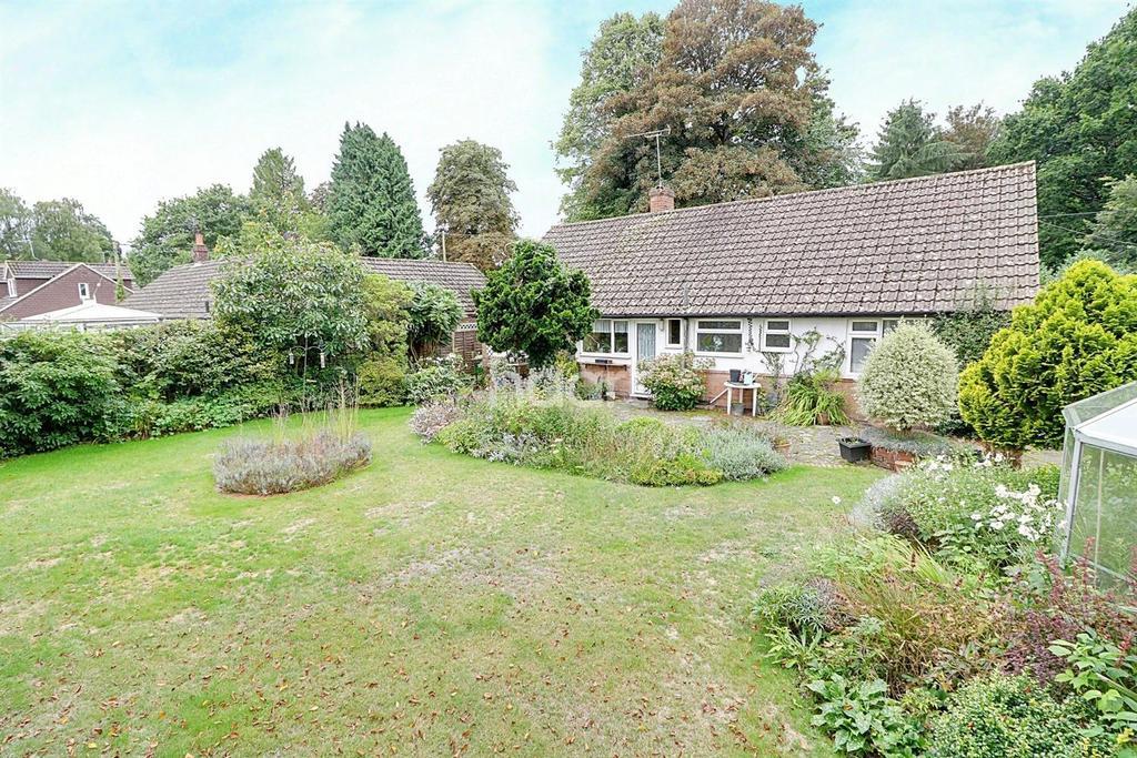 3 Bedrooms Bungalow for sale in Headley Fields, Headley,