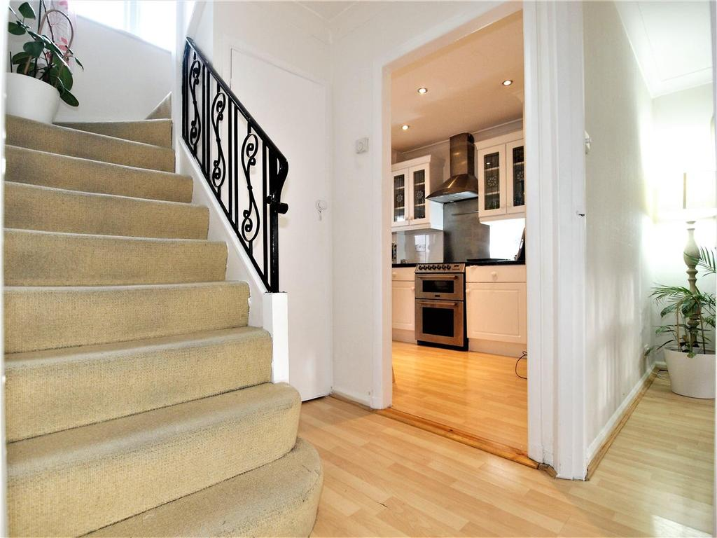 3 Bedrooms Semi Detached House for sale in Calmont Road, Bromley