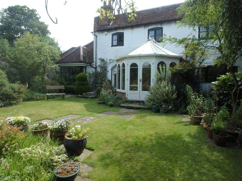 4 Bedrooms Detached House for sale in The Parade, Epsom