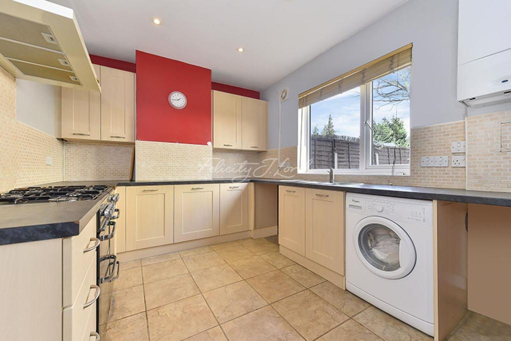 3 Bedrooms Semi Detached House for sale in Mascalls Road, SE7