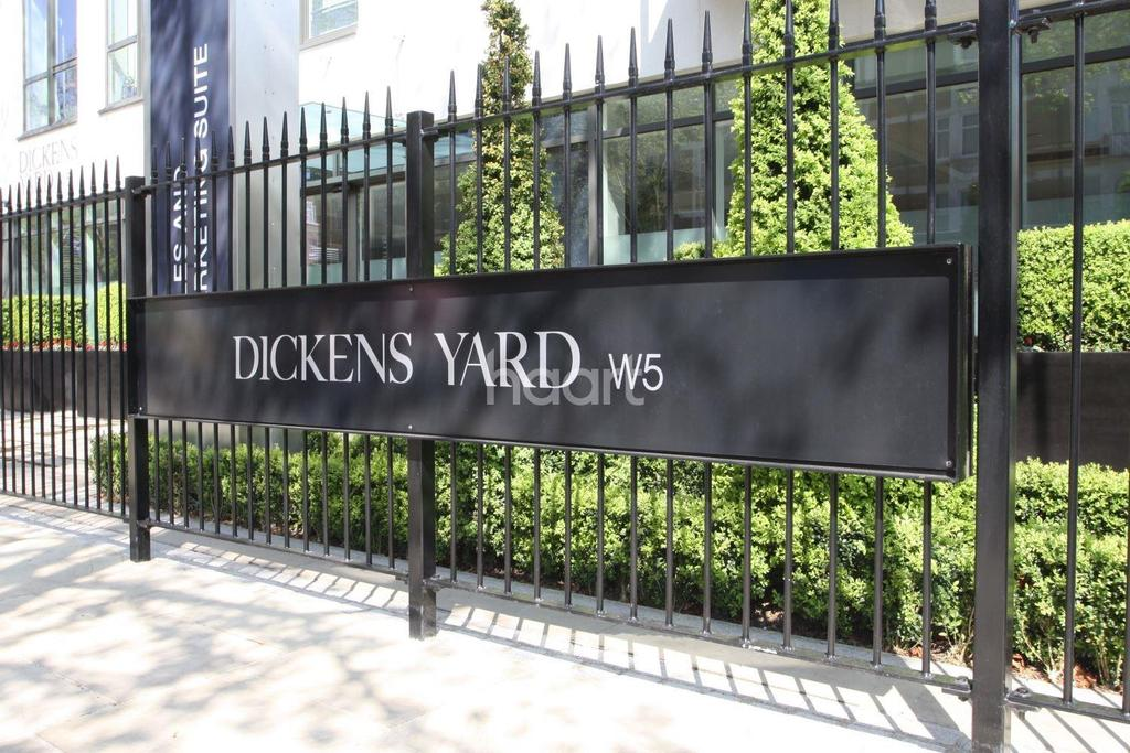 2 Bedrooms Flat for sale in Dickens Yard, Ealing