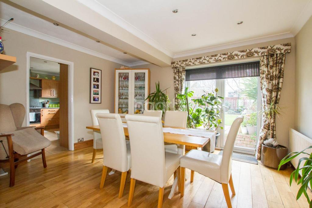 5 Bedrooms Semi Detached House for sale in Stunning Family Home