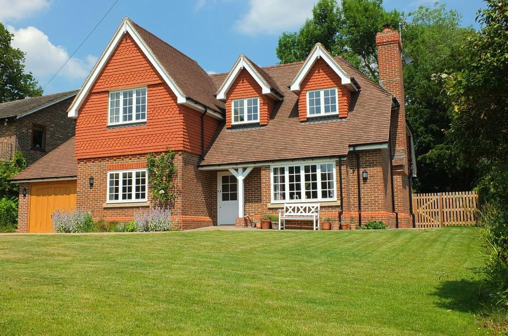 4 Bedrooms House for sale in Handcross Road, Staplefield, RH17