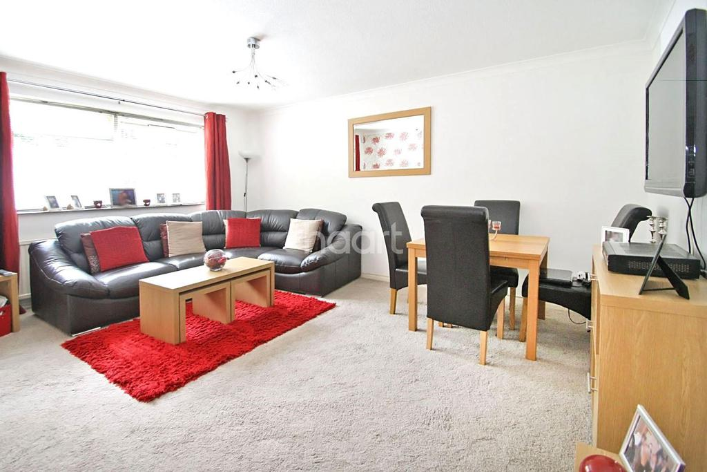 2 Bedrooms Flat for sale in Camellia Court, Woodford Green, IG8