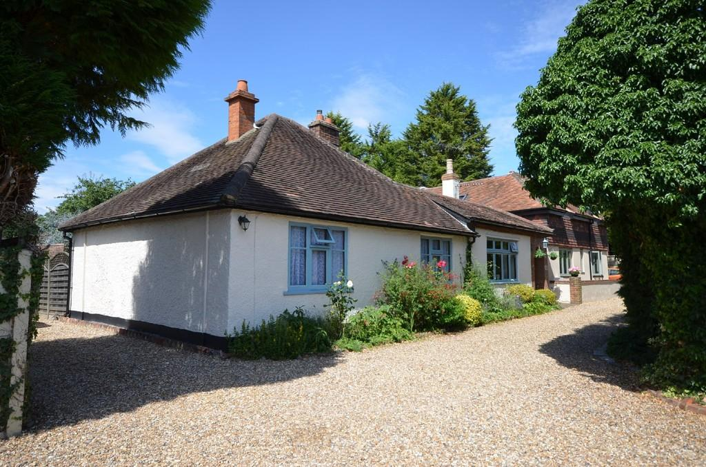 4 Bedrooms Detached Bungalow for sale in Brookside, Farnham