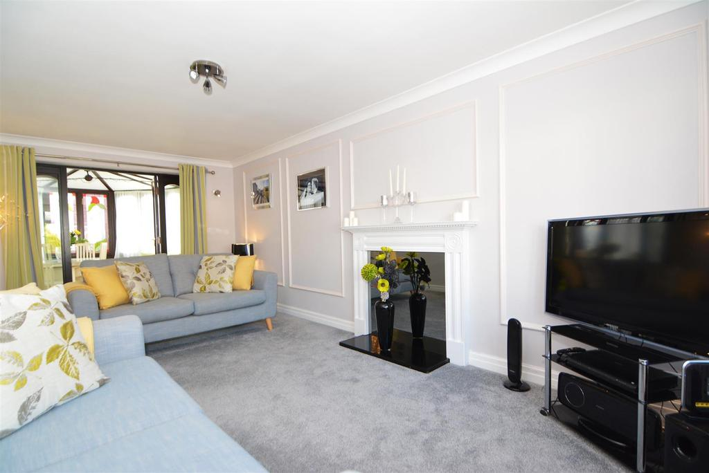 4 Bedrooms Detached House for sale in Sunnybank Crescent, Yeadon, Leeds
