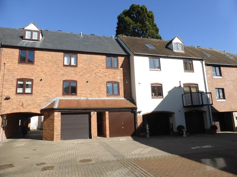 3 Bedrooms Town House for sale in Monks Walk, Evesham