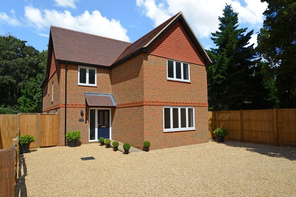4 Bedrooms Detached House for sale in Elstead