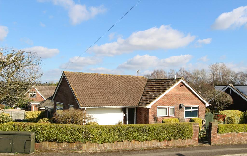 3 Bedrooms Detached Bungalow for sale in Selborne Close, Petersfield
