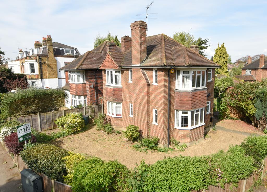 3 Bedrooms Cottage House for sale in St.Michaels Close, WALTON ON THAMES KT12