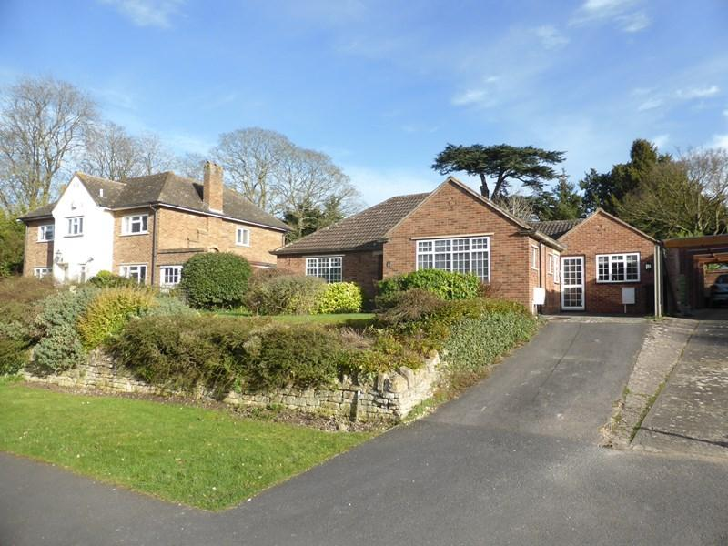 2 Bedrooms Detached Bungalow for sale in Mansion Gardens, Evesham