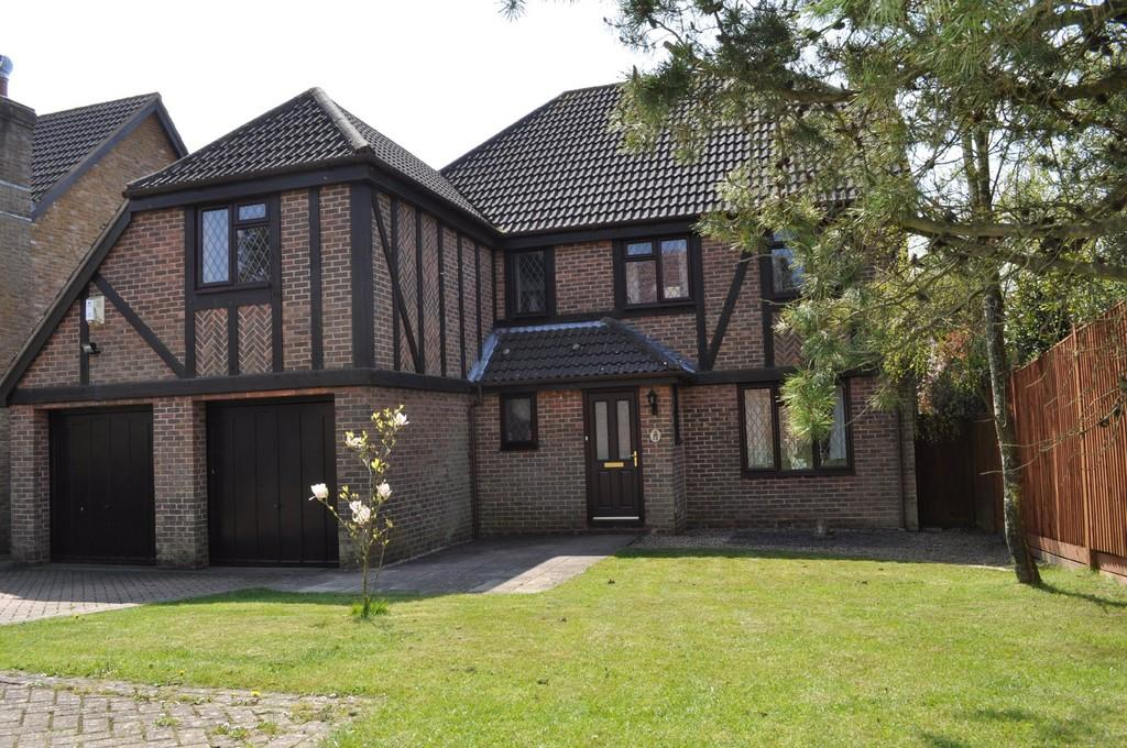 5 Bedrooms Detached House for sale in Walnut Close, Heathfield