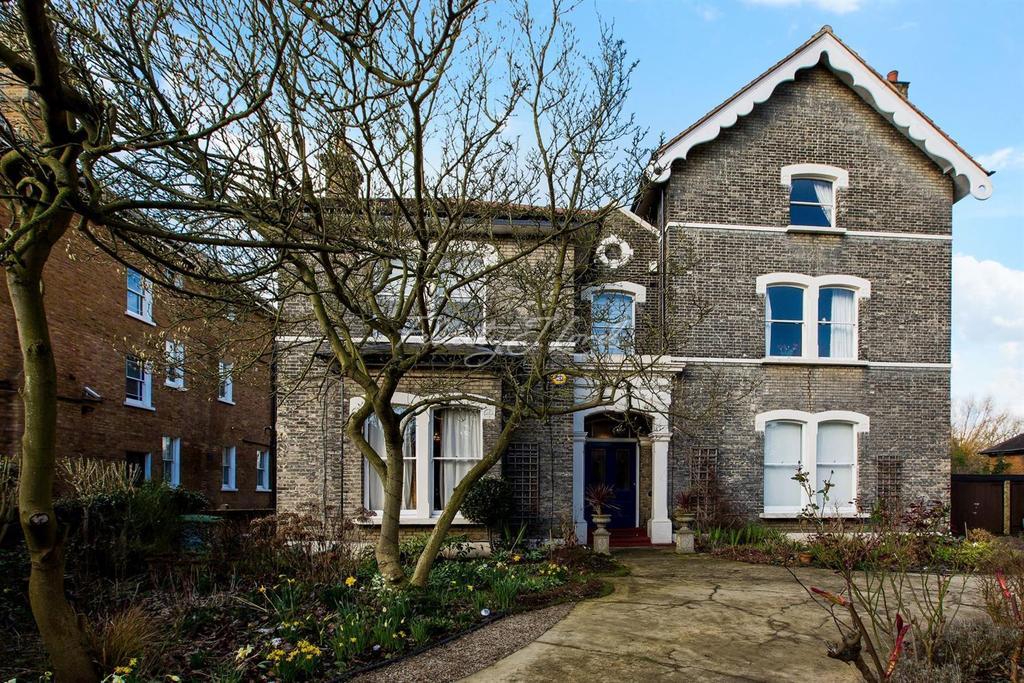 2 Bedrooms Flat for sale in Court Road, Eltham, SE9