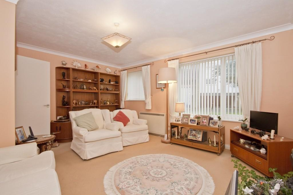 2 Bedrooms Ground Flat for sale in Shoreham