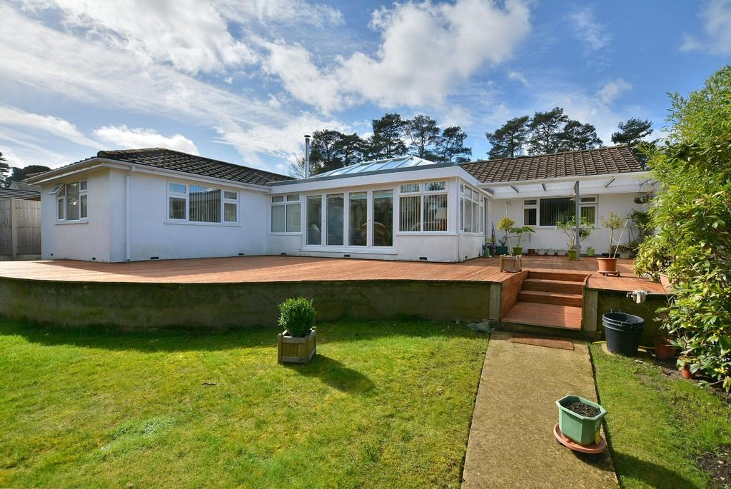3 Bedrooms Detached Bungalow for sale in New Road, Ferndown
