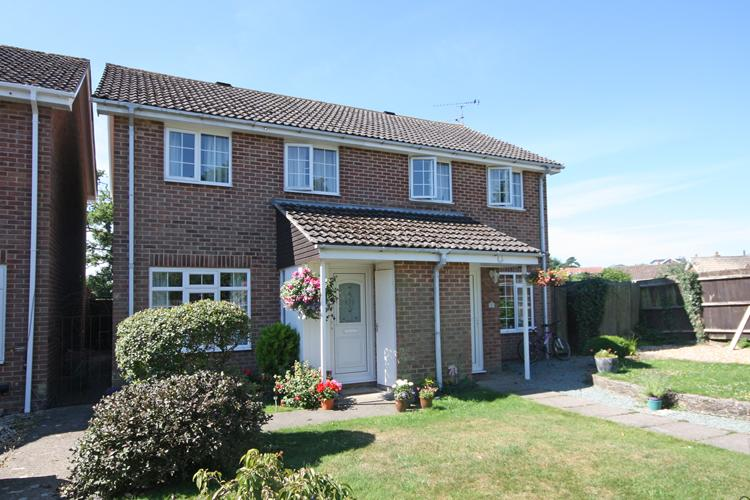 3 Bedrooms Semi Detached House for sale in Samber Close, Lymington SO41
