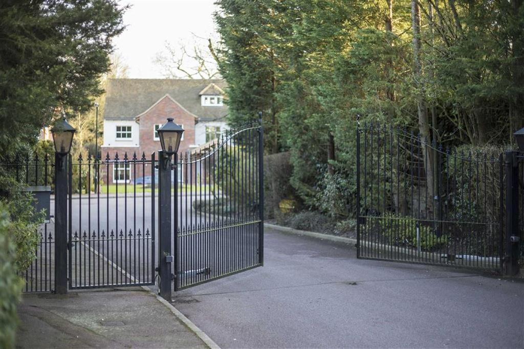 5 Bedrooms Detached House for sale in Walmar Close, Hadley Wood, Hertfordshire