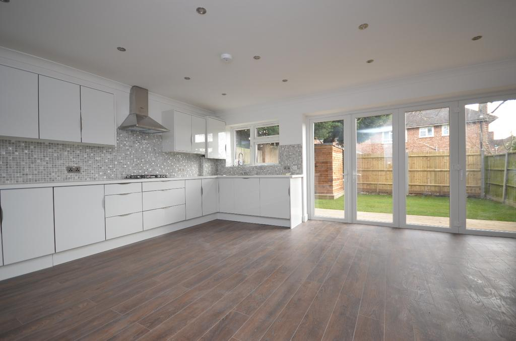 3 Bedrooms Detached House for sale in Crockham Way London SE9