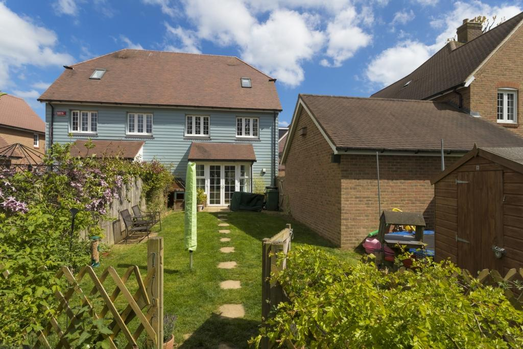 4 Bedrooms Semi Detached House for sale in Lancaster Drive, Hawkinge, CT18