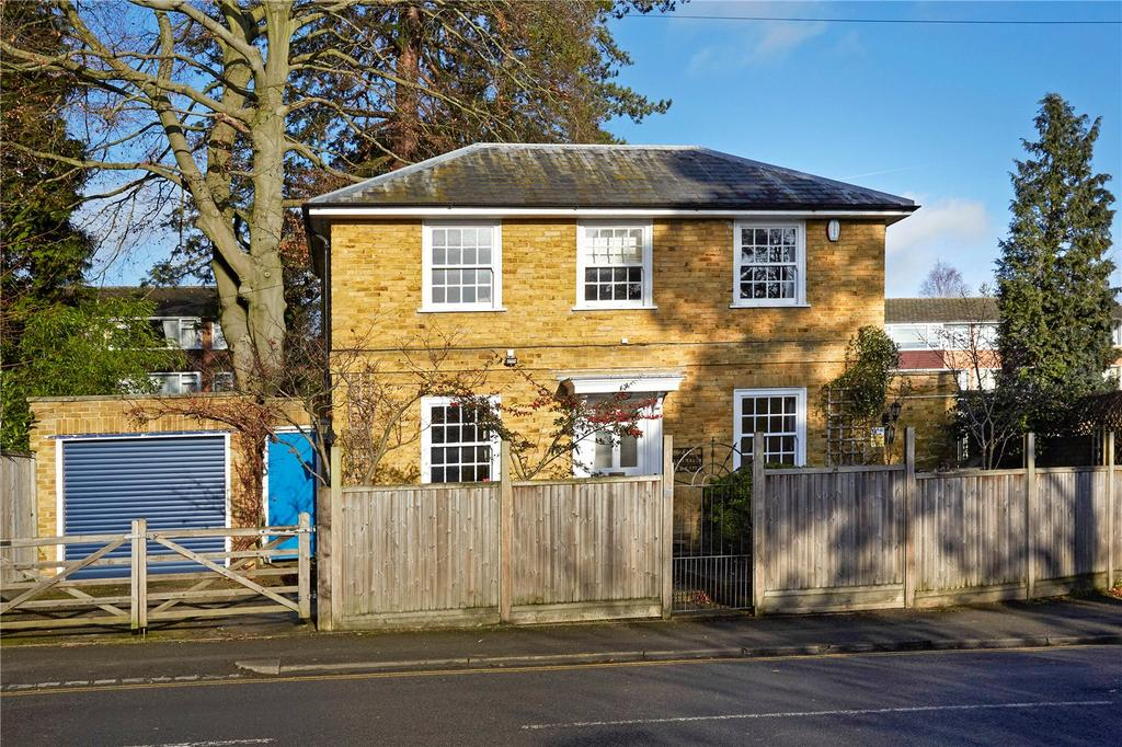 3 Bedrooms Detached House for sale in Wray Common Road, Reigate, Surrey, RH2