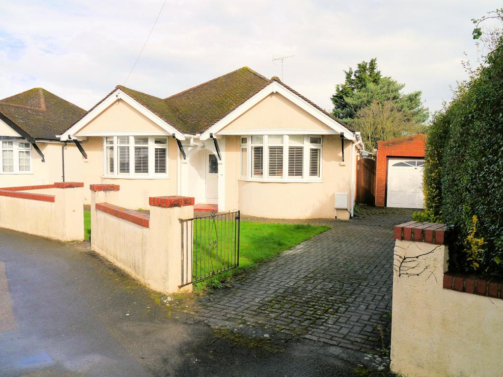 3 Bedrooms Detached Bungalow for sale in Cranbourne Avenue, Windsor SL4