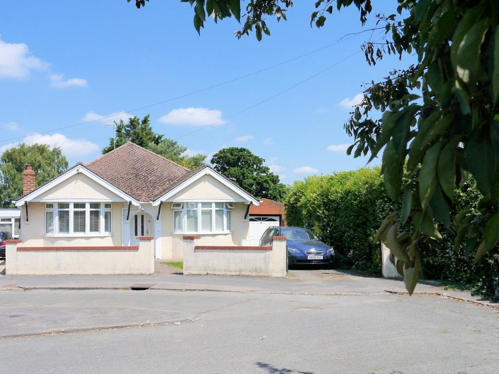 3 Bedrooms Detached Bungalow for sale in Cranbourne Avenue, Windsor SL4
