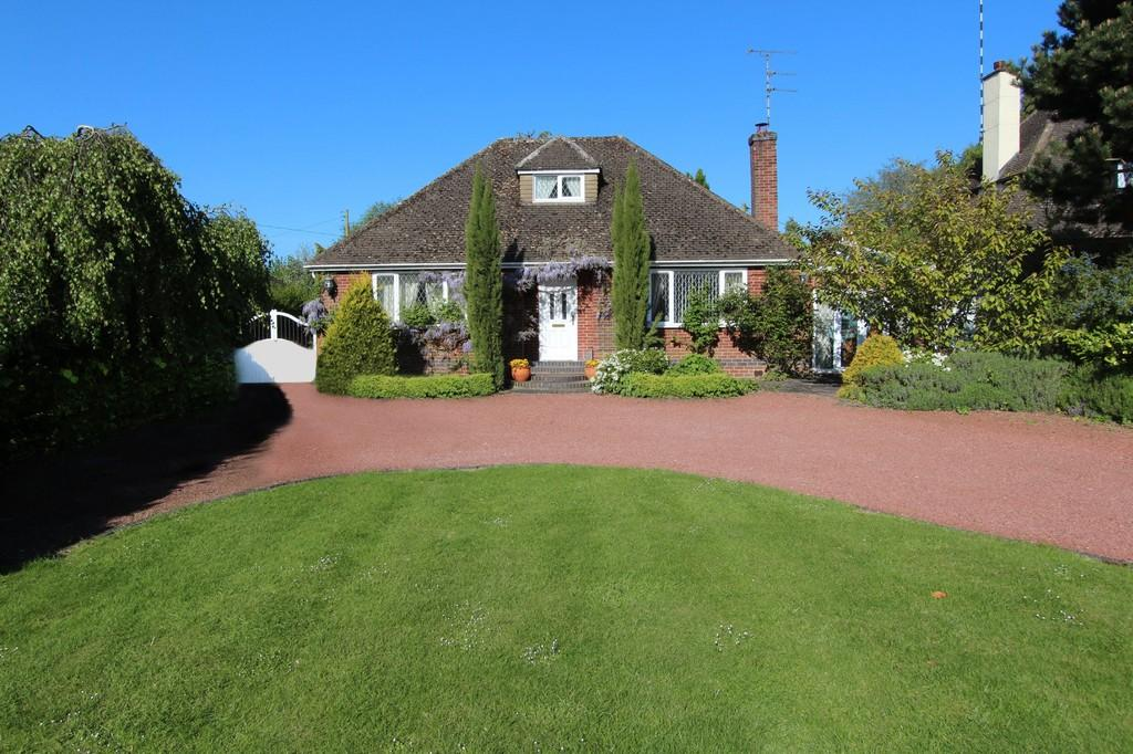 3 Bedrooms Detached Bungalow for sale in Station Road, Hatton