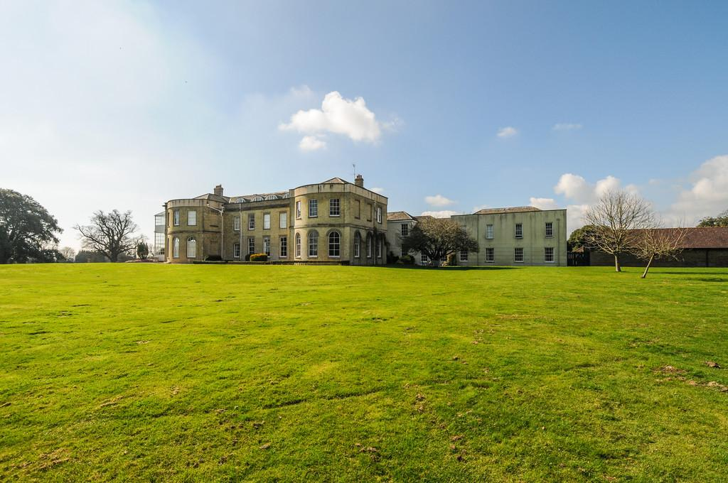 2 Bedrooms Apartment Flat for sale in Crockerhill, nr Chichester