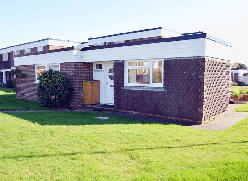 3 Bedrooms Bungalow for sale in A spacious three bedroom bungalow well located within this quiet cul de sac in Fishbourne, Chichester.
