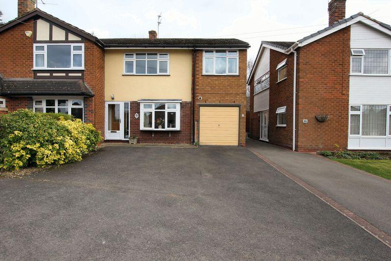 3 Bedrooms Semi Detached House for sale in WOMBOURNE, Common Road