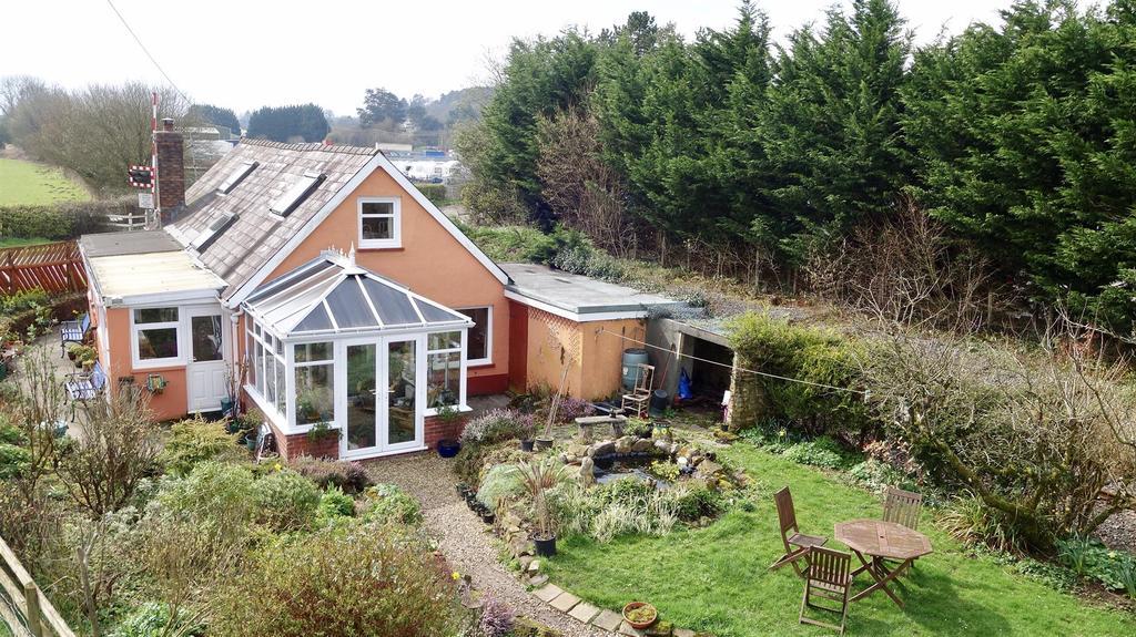 2 Bedrooms Detached House for sale in Llandeilo Road, Llandybie, Ammanford
