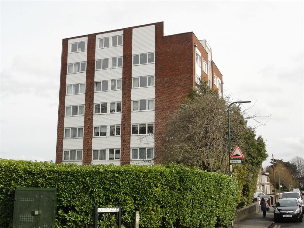 Studio Flat for sale in Banfor Court, Clarendon Road, Wallington, Surrey