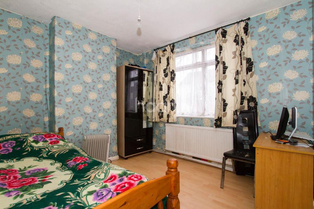 3 Bedrooms End Of Terrace House for sale in Great Family Home On Selbourne Road
