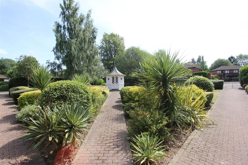 2 Bedrooms Apartment Flat for sale in Poplar Drive, Hutton, Brentwood