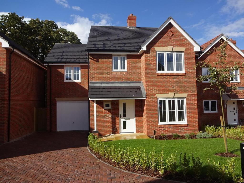4 Bedrooms Detached House for sale in The Lawns, Brackenbury, Andover