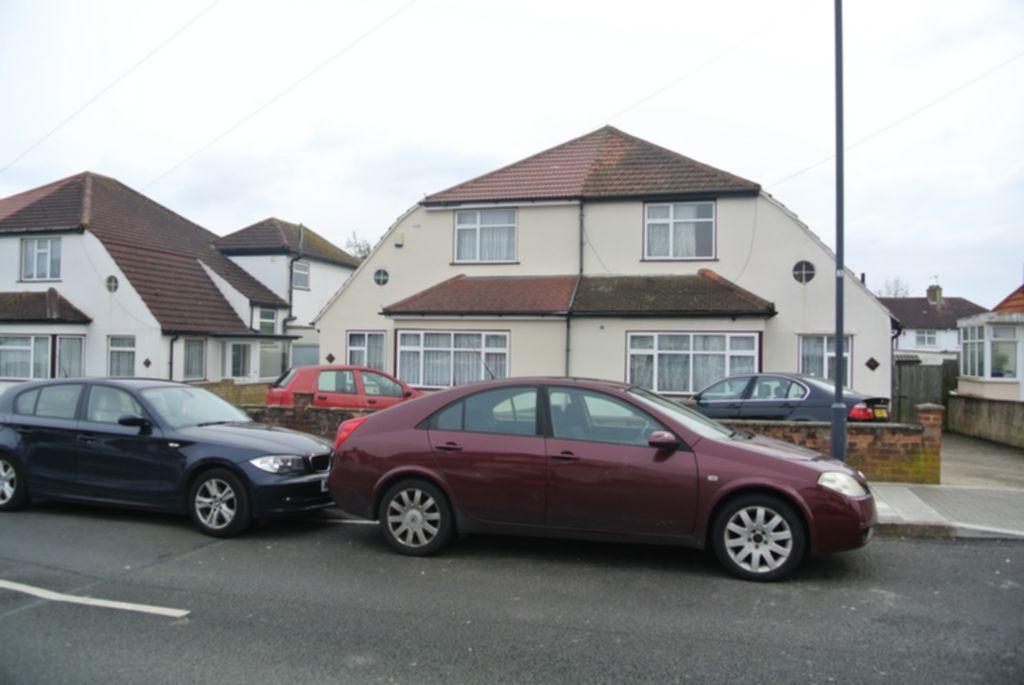 4 Bedrooms Semi Detached House for sale in Gainsborough Gardens, Edgware, HA8